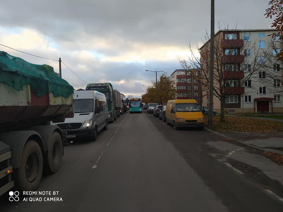 Пробки на Пальяссаре заставляют общественный транспорт нарушать правила движения, чтобы хоть как-то вернуться в график. Источник фото: www.facebook.com/Ездуны
